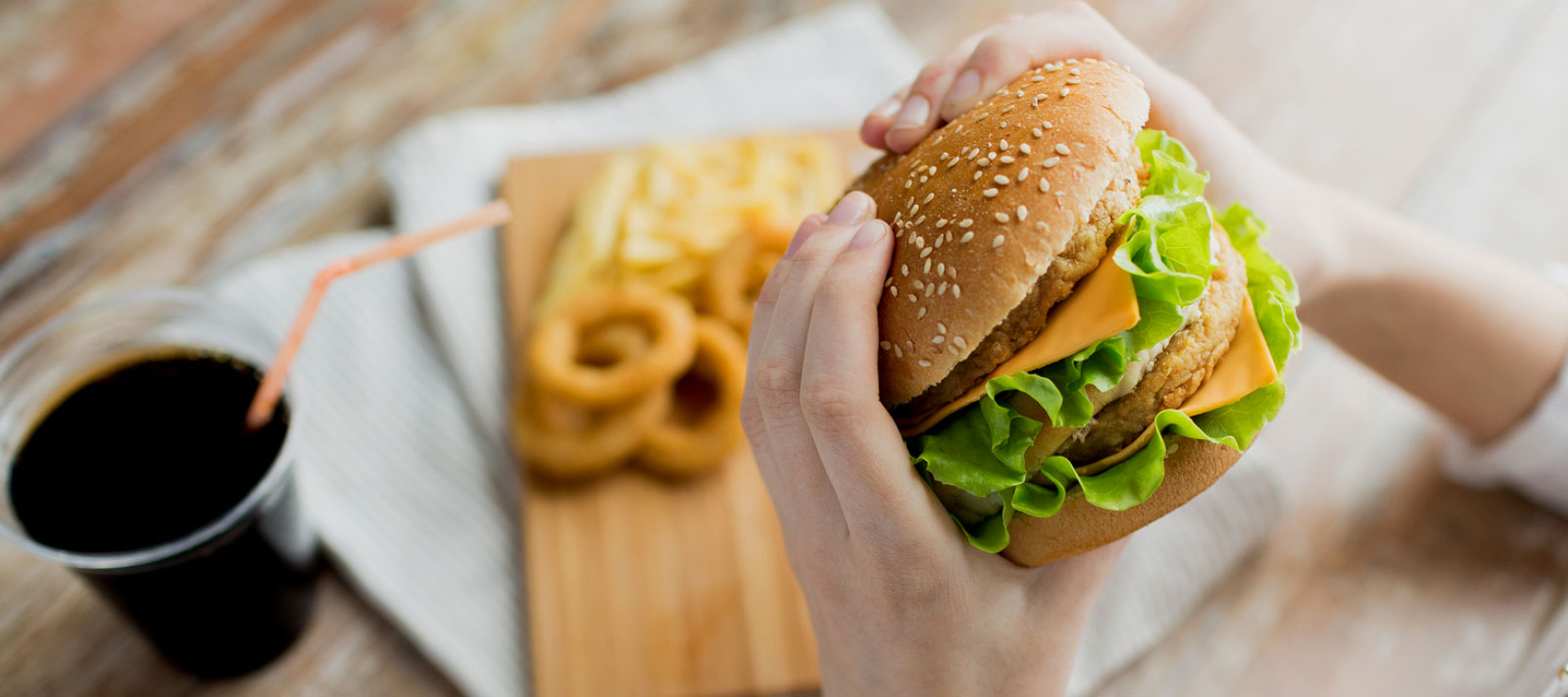 fast food popularity Why is junk food so popular it doesn't need much time to cook, it is cheap it is a common knowledge that in our today life these are advantages, this is why most people prefer junk food the world develops horribly fast, so people are developing too.